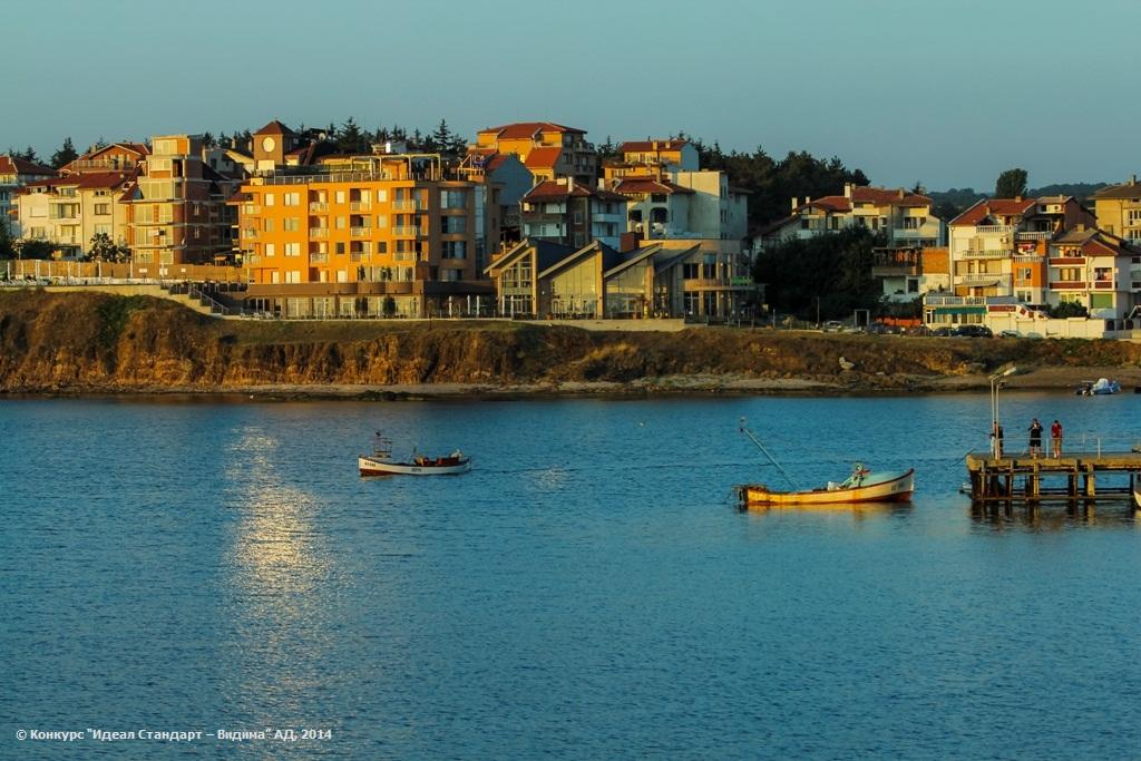 Утрото града събужда, слънцето го нежно гали, излезнали са през нощта и със мрежи натежали, щастливи връщат се рибари …