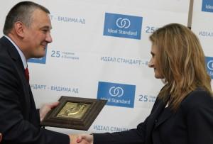 Невена Петкова връчва Ритон на Ярослав Дончев