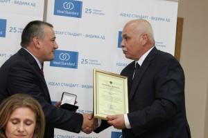 Ярослав Дончев получава юбилейния знак и почетна грамота от Димитър Бранков