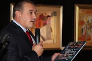 Ярослав Дончев връчва книгата на Ирина Колбасова